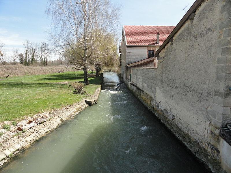 La rivière Les Tarnauds, vue depuis le petit pont la traversant au nord du village d'Athis.