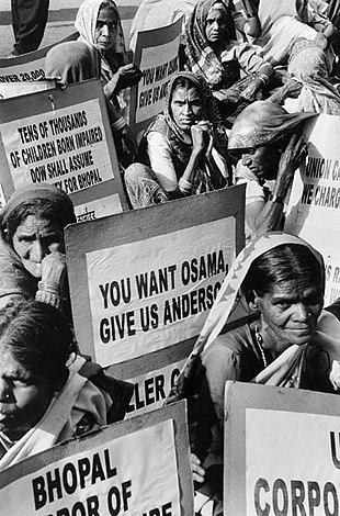 Количество женщин, изображенных в черно-белом цвете, сидящих и протестующих против Андерсона и компании.