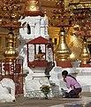 Bagan-Shwezigon-150-Betende-gje.jpg
