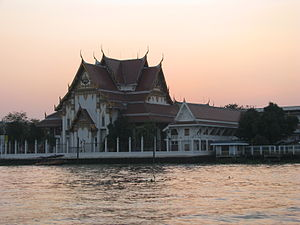 Bangkok 08 - 22 - sunset over the river (3166234343).jpg
