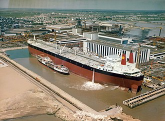 Chantiers de l'Atlantique - The ''Batillus'' oil tanker at the end of its construction in Saint-Nazaire, being refueled by the Port-Vendres