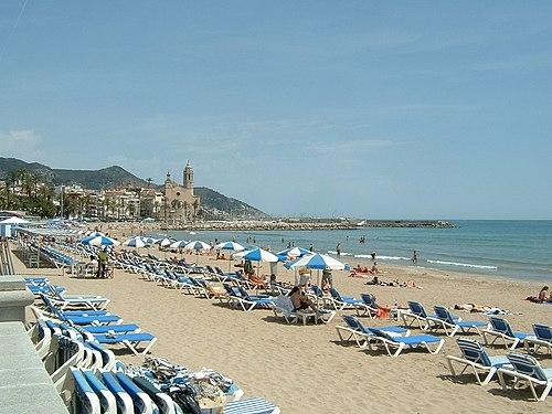 The main beach in May, in the background the church of Sant Bartolomeu I Santa Tecla
