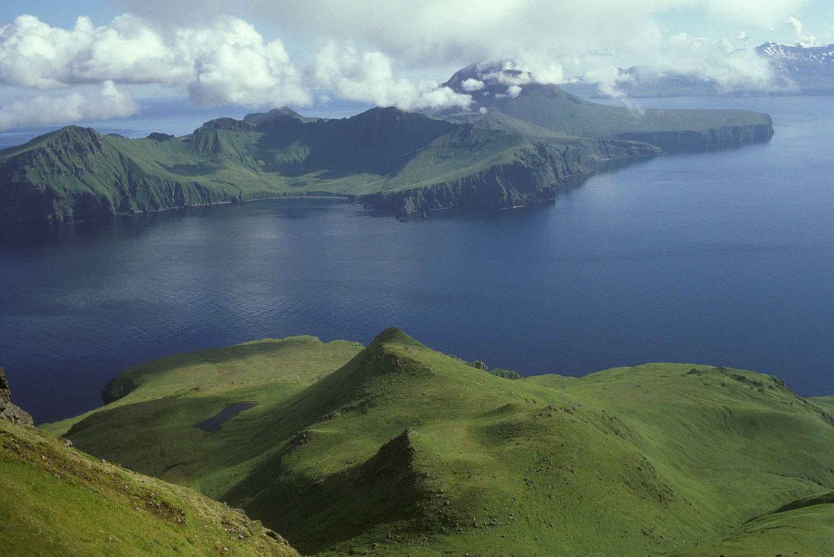 Hermosa vista desde lo alto de las verdes colinas de una isla remota.