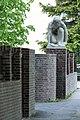 Berufliche Schule Uferstraße 10 (Hamburg-Barmbek-Süd).Kauernde (Wield).1.22584.ajb.jpg