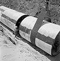Bevloeiingsproject in de Negevwoestijn Buizen worden met een dragline in een gr, Bestanddeelnr 255-4776.jpg
