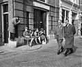 Bezoek Britse Ambassadeur Sir en Lady Noble aan Amsterdam. Wandeling door de sta, Bestanddeelnr 912-1774.jpg
