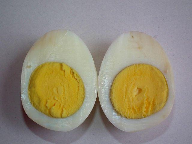 När ägget kokas stelnar (koagulerar) äggvitan på grund av att proteinerna i den denatureras. Även om man stoppar in ägget i kylen igen fortsätter vitan att vara stel. Denatureringen är alltså irreversibel.