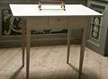 Bord med rektangulär skiva , liten draglåda med träknopp och raka , fyrsidiga ben - Skoklosters slott - 92474.tif