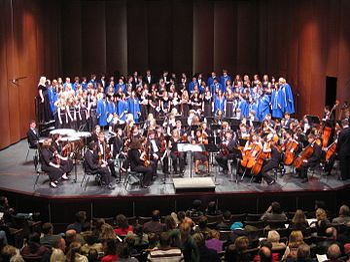 1f6bc89a98a Συμφωνική ορχήστρα και χορωδία, δύο σύνολα που έχουν συνδεθεί στενά με την  ερμηνεία της κλασικής μουσικής. Εδώ η μικρή ορχήστρα της πόλης Μπόθελ  (ΗΠΑ), ...