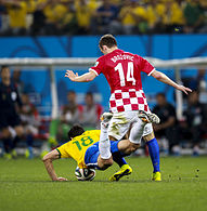 Brozović contrasta Hernanes, a terra, nella gara inaugurale dei Mondiali 2014.