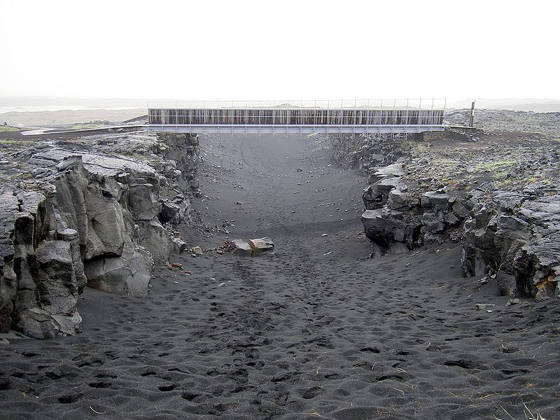Bestand:Bridge across continents iceland.jpg
