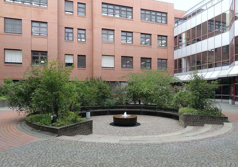 Die Liste der Brunnen in Braunschweig 800px-Brunnen-Chemiezentrum_BS-Img01