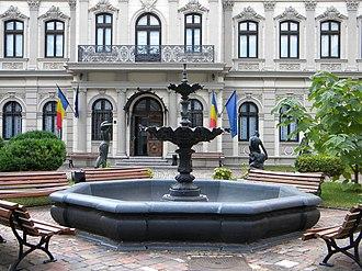 Museum of Art Collections - Image: Bucuresti, Romania. Muzeul Colectiilor de Arta (Palatul Romanit) Fantana cu statui 1; B II m B 19862