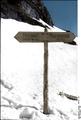 Bundesarchiv Bild 101I-103-0947-03, Norwegen, Wegweiser im Schnee Recolored.png