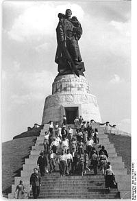 Bundesarchiv Bild 183-11500-0030, Berlin-Treptow, sowjetisches Ehrenmal.jpg