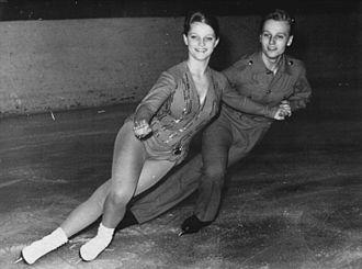 Crossover (figure skating) - Image: Bundesarchiv Bild 183 A1118 0005 001, Eva Romanova, Pawel Roman
