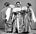 COLLECTIE TROPENMUSEUM 'Padjogé' danseressen te Maros Celebes TMnr 10003470 Retouch.jpg