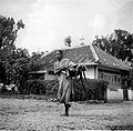 COLLECTIE TROPENMUSEUM Een vrouw met een waterkruik bij Saradan Madiun Oost-Java TMnr 10002893.jpg