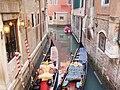 Canal en Venecia con gondolas - Italia12004 045.jpg