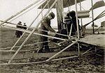 Carlos Alexandre, conde de Lambert no biplano Wrigth - Pau, 1909.jpg