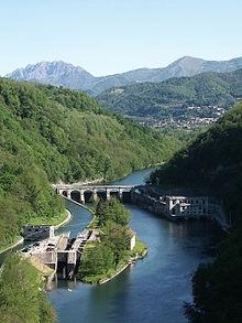 L'Adda vista dal Ponte San Michele, sullo sfondo l'abitato di Villa d'Adda.