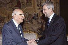 Il Presidente della Repubblica Giorgio Napolitano stringe la mano all'allora Ministro del lavoro e della previdenza sociale Cesare Damiano in occasione del 1º maggio 2007.