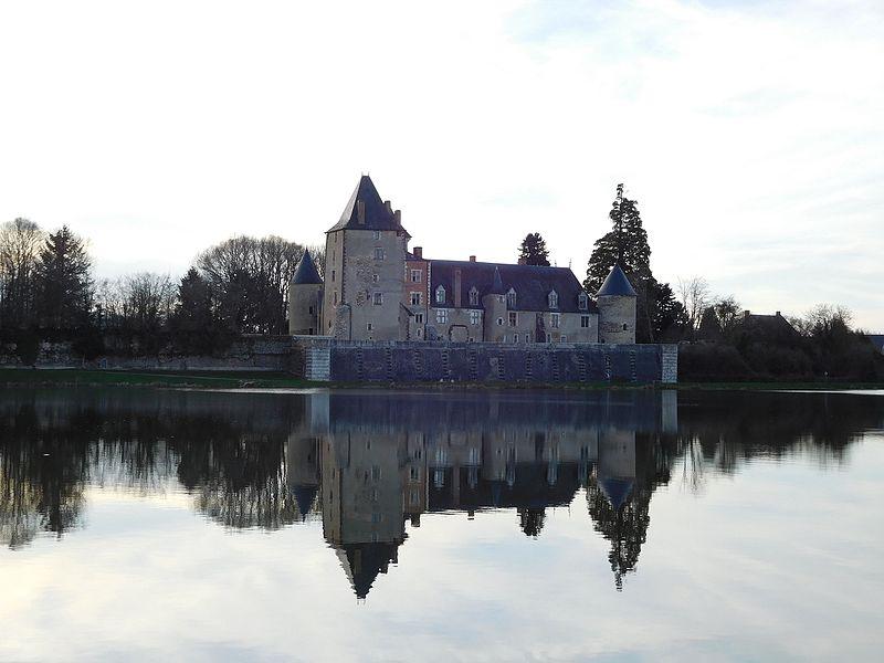 Château de Béthune et son reflet sur l'étang, La Chapelle-d'Angillon (Cher, France).
