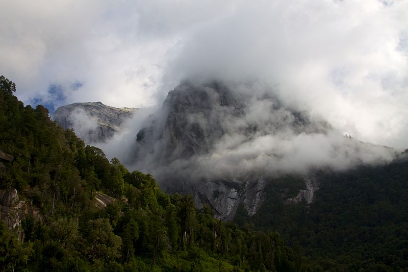 File:Chile - Cochamó climbing 23 - misty mountains (6873698866).jpg