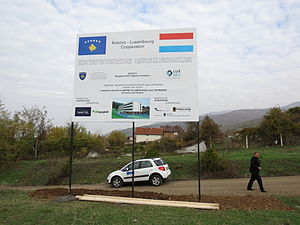 Lux-Development - Billboard on the construction site of a school in Prizren, Kosovo, financed by LuxDev (2012)
