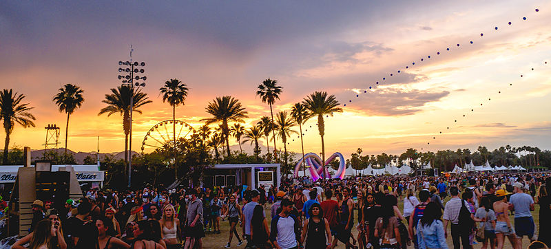File:Coachella 2014 sunset with balloon chain and Lightweaver.jpg
