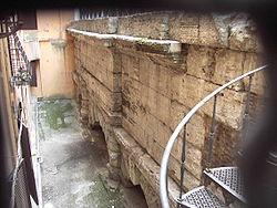 Colonna - arcate Acqua Vergine a via del Nazzareno 1610.JPG