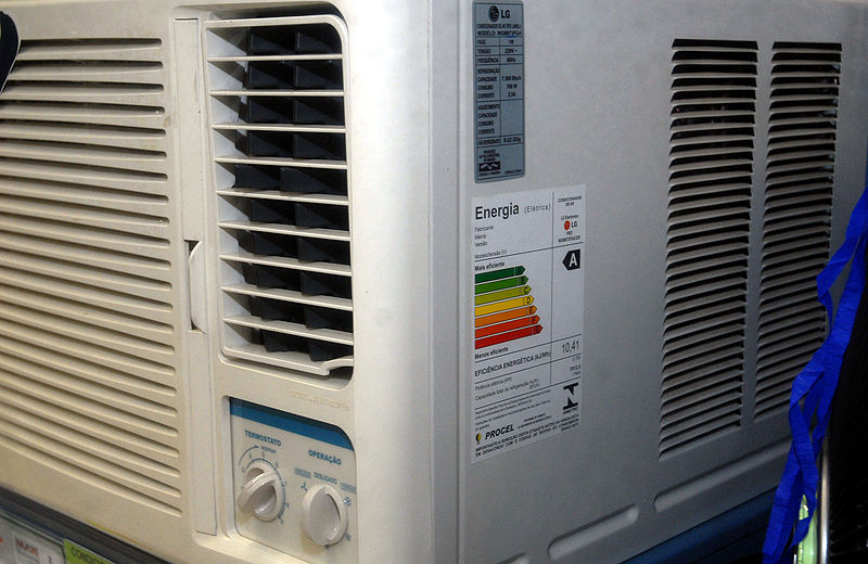 تساقط المياه من التكييف..والحلول البيئية  800px-Condicionadordear