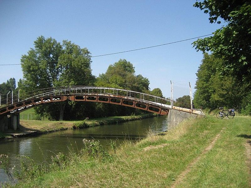 Cuffy (Cher).  Passerelle (footbridge) over the  Canal latéral à la Loire