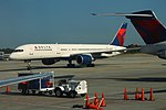 Delta N557NW Boeing 757-200 (41799547740).jpg