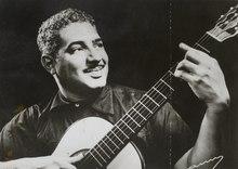 Fotografía de Dorival Caymmi con una guitarra en 1956