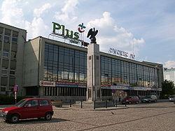 Dworzec kolejowy obecnie, na pierwszym planie Pomnik Niepodleg�o�ci