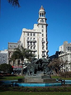 Centro, Montevideo - The Edificio Rex and the El Entrevero fountain in Plaza Fabini