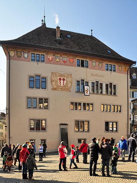 File:Eis-zwei-Geissebei (2012) - Rathaus Rapperswil - Hauptplatz 2012-02-21 14-23-34 ShiftN.jpg