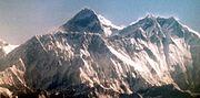 Mount Everest, davor der Nuptse und rechts der Lhotse