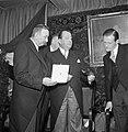 Fabrieksdirecteur Jan van Abbe (midden) toont zijn broer en mededirecteur Albert, Bestanddeelnr 255-8510.jpg