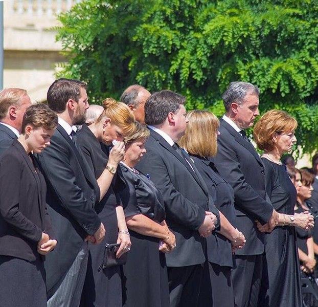 File:Familia regala funerari Regina Ana.jpg