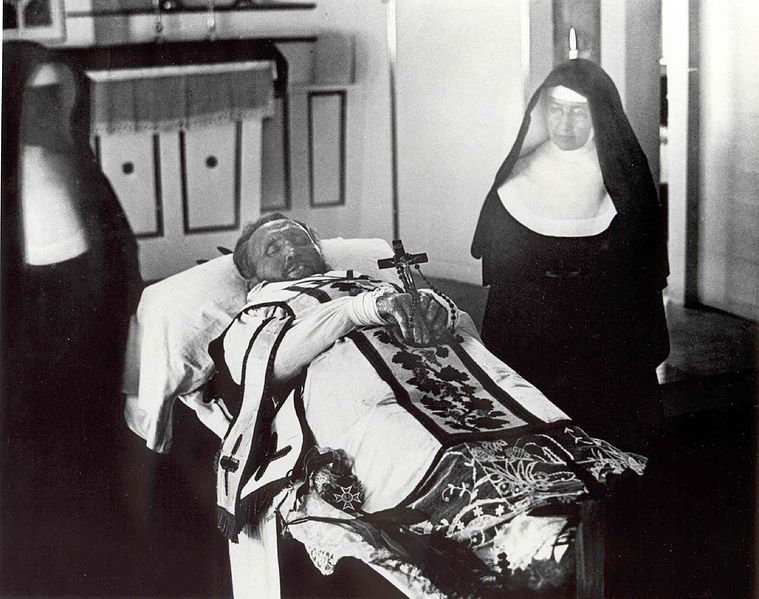 File:Father Damien on his funeral bier with Mother Marianne Cope by his side.jpg