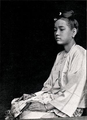 Bamar people - Image: Fig 124Birmanische Dame in chinesischer Tracht(Rhot M Ferrars)