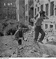 Fotothek df ps 0000030 Einwohner bei der Holzbeschaffung aus Ruinen.jpg