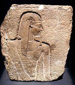 Fragment de bas-relief du temple de Cléopâtre et Césarion, Coptos, I siècle av JC.JPG