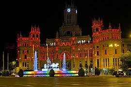 Fuente de la Cibeles iluminada con los colores de la bandera LGBT.jpg