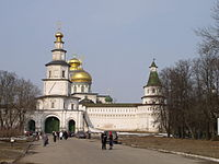 Gate and cathedral of the New Jerusalem monastery.JPG