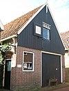 foto van Eenvoudig huis met houten top. Houtskelet