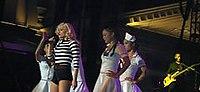 Stefani chantant avec les Harajuku Girls, habillées en infirmières, sur le Harajuku Lovers Tour 2005.