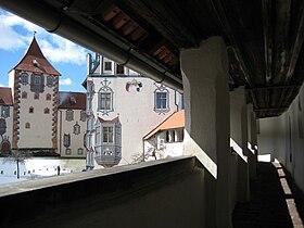 Hohes Schloss Fuessen Innenhof Wehrgang.jpg